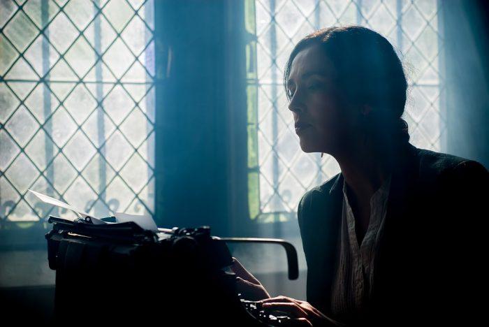 Mon autre secret ? Écrire à contre-jour devant un vitrail en prenant l'air inspiré.