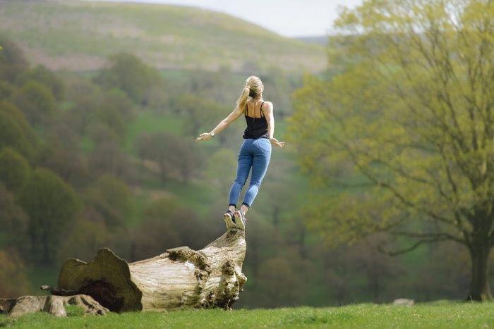 Moi, en train de chercher l'inspiration sur un tronc d'arbre, en mode narmol